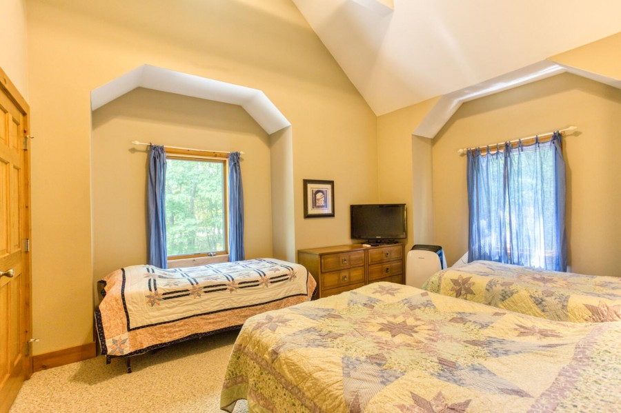 Bedroom 5 - Full. 2 Twins. TV. upper level